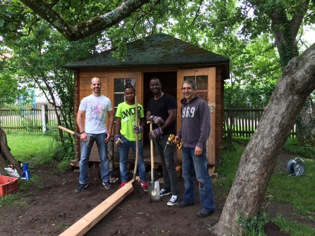 Hilfe bei der Renovierung des Gartenhäuschens im Montessori-Kinderhaus